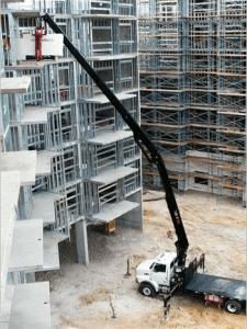 Kran løfter på plass byggematerialer