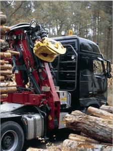 Kranbil løfter og frakter tømmer